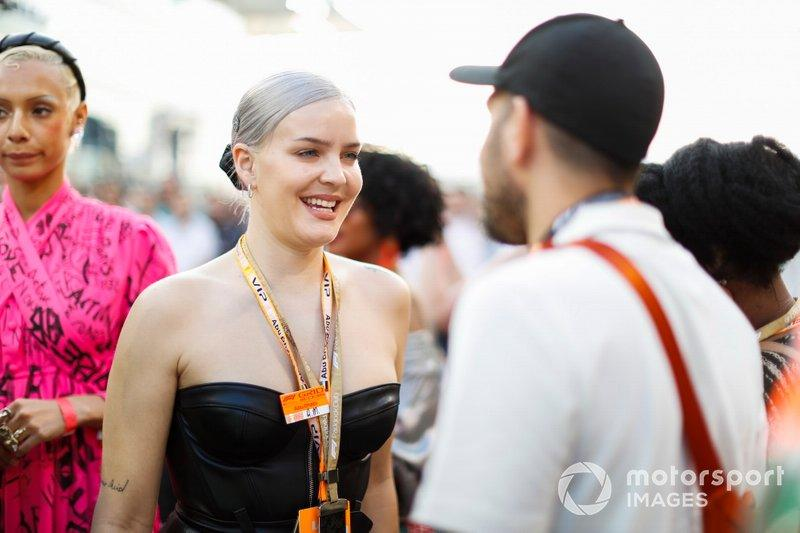 """Cantante Anne-Marie<span class=""""copyright"""">Zak Mauger / Motorsport Images</span>"""