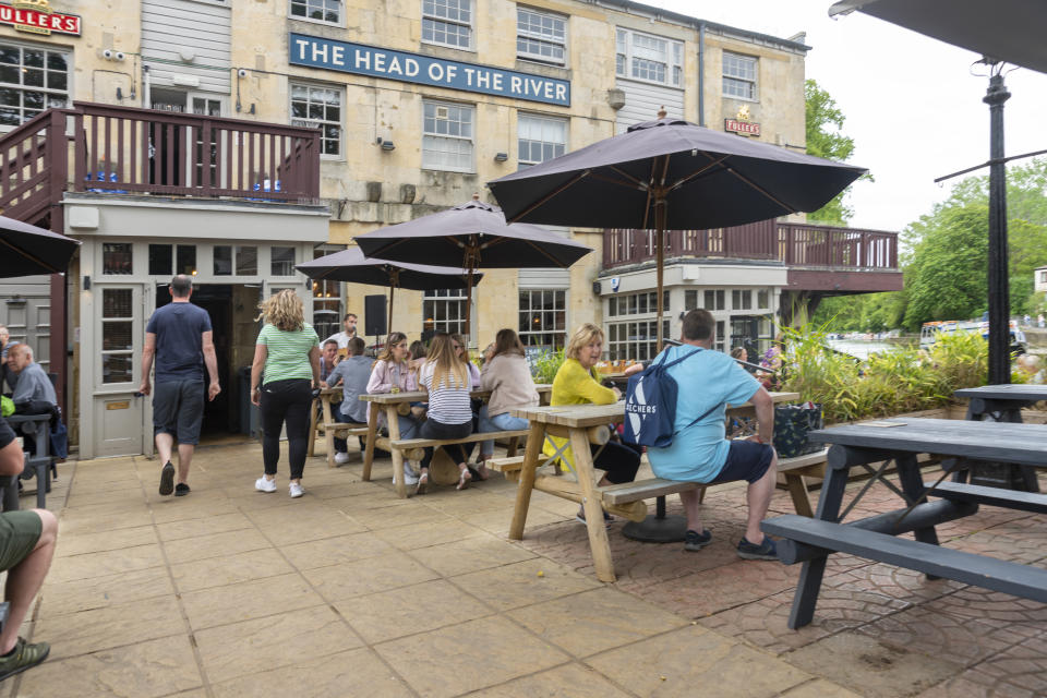 The Head of the River is a popular gastro pub set on the River Thames at Oxford, providing meals and accommodation. People sit and enjoy a drink with a view in the outdoor beer garden. Oxford, Oxfordshire, England, UK.