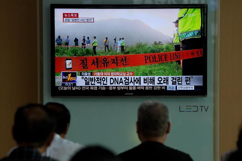 South Koreans watch a news broadcast following the discovery of fugitive business tycoon Yoo Byung-Eun's body in Seoul, on July 22, 2014 (AFP Photo/)