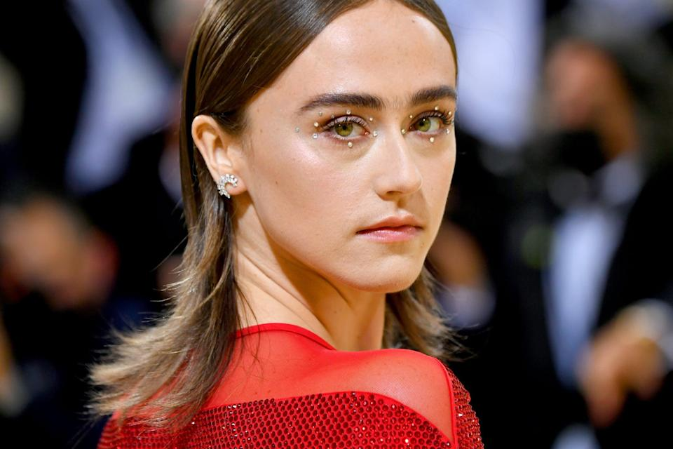 <p>Ella Emhoff's simplistic but dazzling look caught our attention early on in the night. Small gems were added in a circular placement around both of her eyes becoming the focal point of her look. </p>