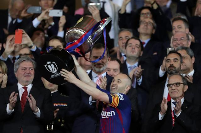 Soccer Football - Spanish King's Cup Final - FC Barcelona v Sevilla - Wanda Metropolitano, Madrid, Spain - April 21, 2018 Barcelona's Andres Iniesta celebrates with the trophy after winning the final as King of Spain Felipe VI looks on REUTERS/Susana Vera