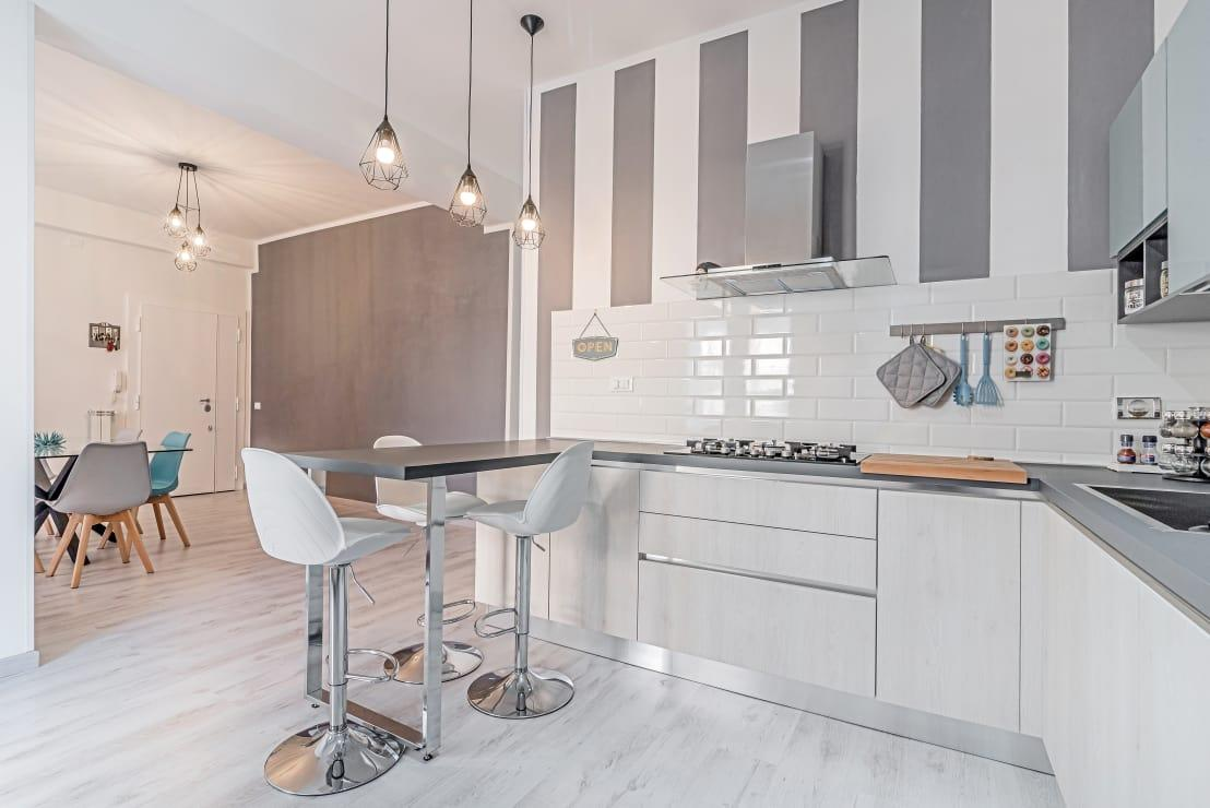 <p>This is definitely not a new trend, yet it's one that keeps popping up year after year, so there must be something to it! And here you can see for yourself how a colour combination of white and grey introduces a classic ambience that always looks elegant.</p>  Credits: homify / Facile Ristrutturare