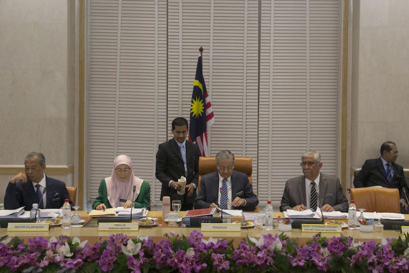 Prime Minister Tun Dr Mahathir Mohamad (centre) chairs the Anti-Corruption Special Cabinet Committee meeting at the Prime Minister's Office in Putrajaya November 21, 2018. — Picture by Yusof Mat Isa