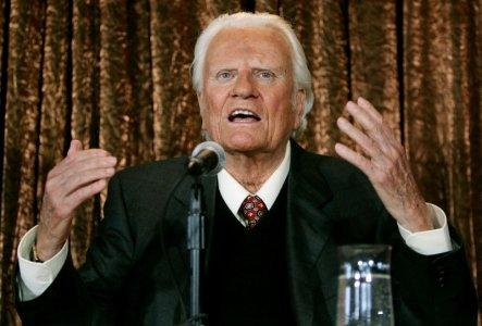 FILE PHOTO: Evangelist Billy Graham speaks to members of the media at a news conference in New York, U.S. June 21, 2005. REUTERS/Mike Segar/File Photo