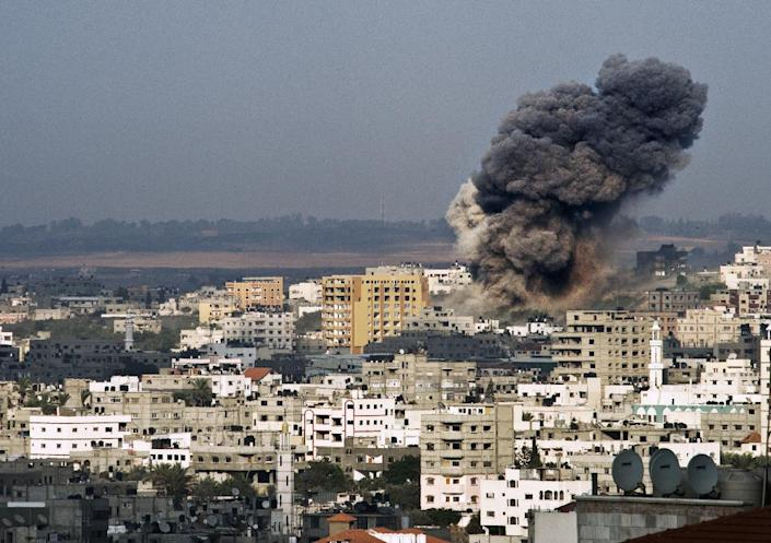 A plume of smoke rises from buildings after an Israeli airstrike in the eastern part of Gaza City on August 22, 2014 (AFP Photo/Roberto Schmidt)