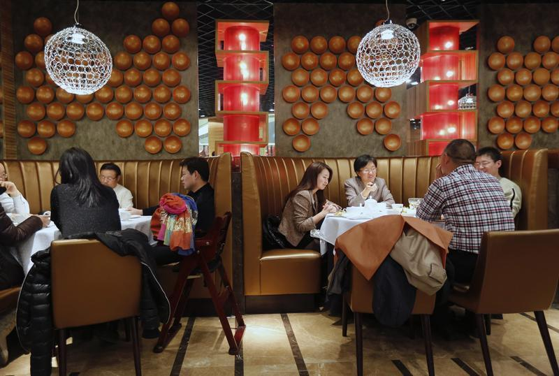 People have dinner at a fine restaurant in Beijing