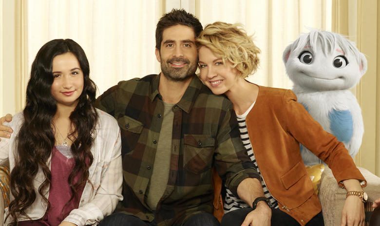 "IMAGINARY MARY - ABC's ""Imaginary Mary"" stars Erica Tremblay as Bunny, Matreya Scarrwener as Dora, Stephen Schneider as Ben, Jenna Elfman as Alice and Nicholas Coombe as Andy. (ABC/Bob D'Amico)"