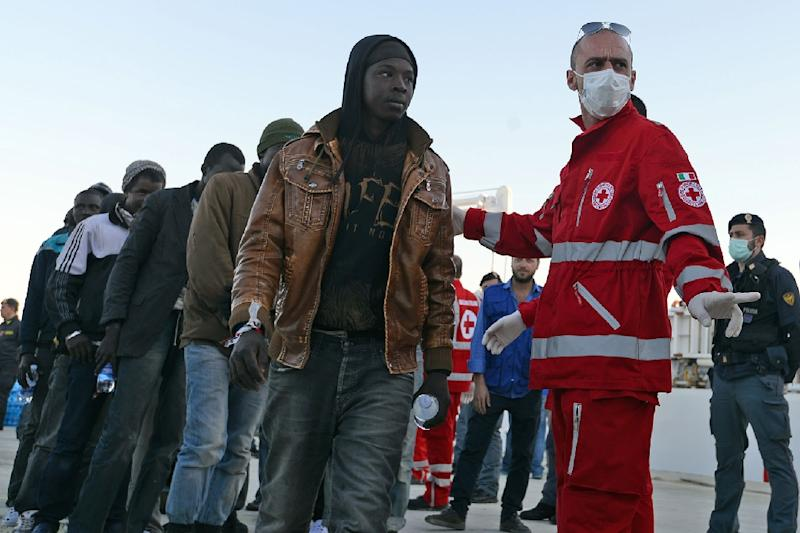 Italian Red Cross personnel prepare to give first aid to shipwrecked migrants as they arrive in the Italian port of Augusta, in Sicily on April 16, 2015 (AFP Photo/Giovanni Isolino)