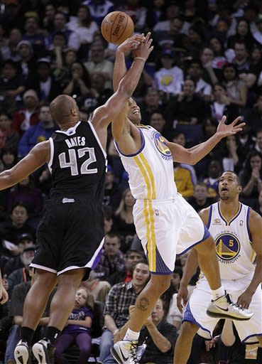 Sacramento Kings' Chuck Hayes (42) and Golden State Warriors' Richard Jefferson, right, fight for a rebound during an NBA basketball game Saturday, March 24, 2012, in Oakland, Calif. (AP Photo/Ben Margot)