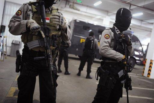 Elite Indonesian anti-terror police commandos are seen securing the holding cell of Muslim militant and suspected Bali bomber Umar Patek in Jakarta court on the second day of his trial, on February 20