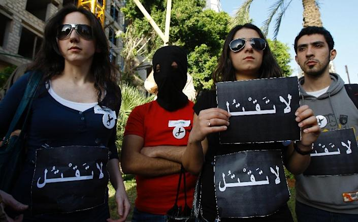"Lebanese human rights activists hold signs saying ""Do not kill"" outside the Saudi embassy in Beirut (AFP Photo/Anwar Amro)"