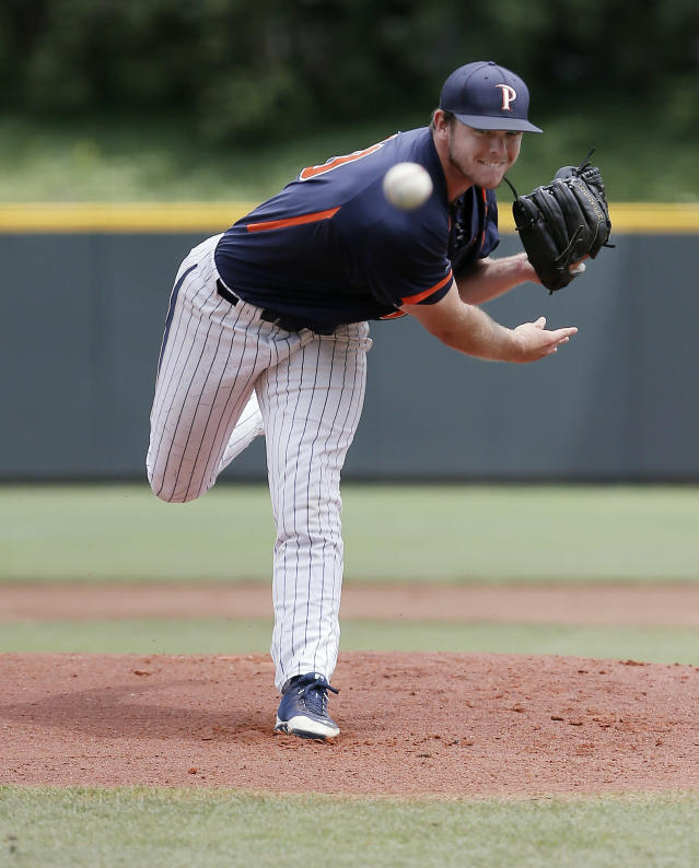 Pepperdine starting pitcher Jackson McClelland (40) throws to TCU during the first inning of an NCAA college baseball tournament super regional game in Fort Worth, Texas, Monday, June 9, 2014. (AP Photo/Brandon Wade)