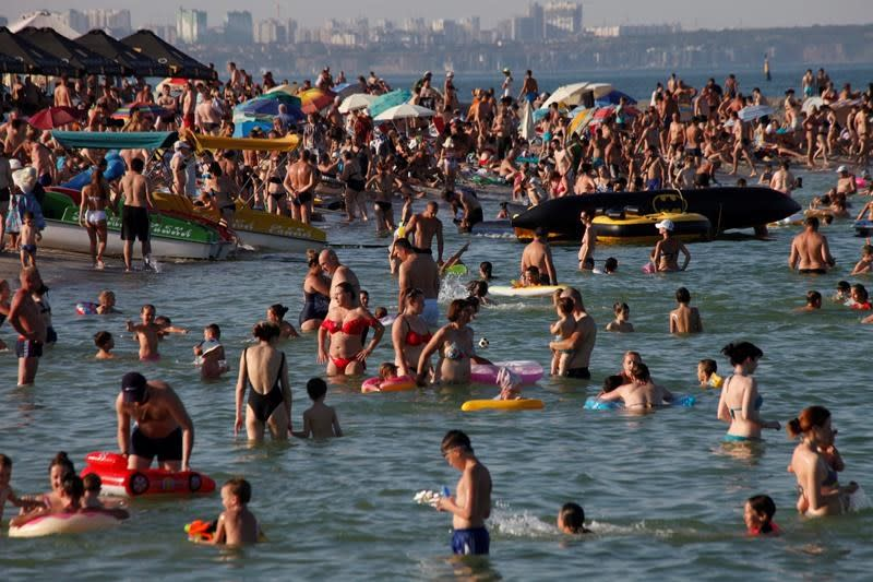 In Russia and Ukraine, no social distance on crowded beaches