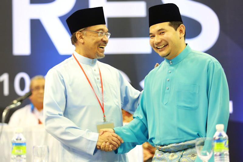 Anwar described Rafizi as 'a smart young man' who can mobilise other youths. ― Picture by Saw Siow Feng
