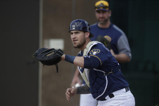 Brewers sign Mike Moustakas to one-year, $10 million contract