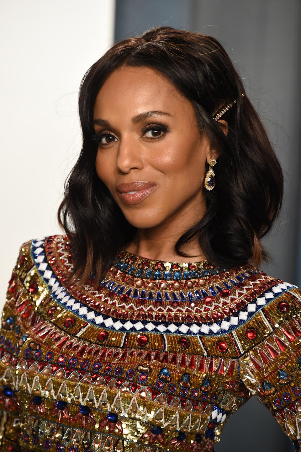 """Kerry Washington's longtime stylist Takisha Sturdivant-Drew gave her soft shoulder-length lob an (affordable!) Oscar-worthy upgrade by tucking a <a href=""""https://www.sephora.com/product/kitsch-3pc-bobby-pins-pearl-iridescent-rhinestone-P454041?icid2=products%20grid:p454041"""" rel=""""nofollow noopener"""" target=""""_blank"""" data-ylk=""""slk:beaded bobby pin from Kitsch"""" class=""""link rapid-noclick-resp"""">beaded bobby pin from Kitsch</a> above her ear. <span class=""""copyright"""">Photo: John Shearer/Getty Images.</span>"""