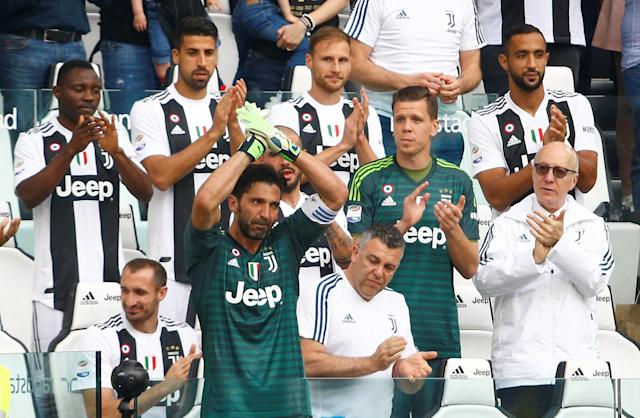 Soccer Football - Serie A - Juventus vs Hellas Verona - Allianz Stadium, Turin, Italy - May 19, 2018 Juventus' Gianluigi Buffon is applauded by Wojciech Szczesny and team mates as he gestures to the fans after being substituted off REUTERS/Stefano Rellandini