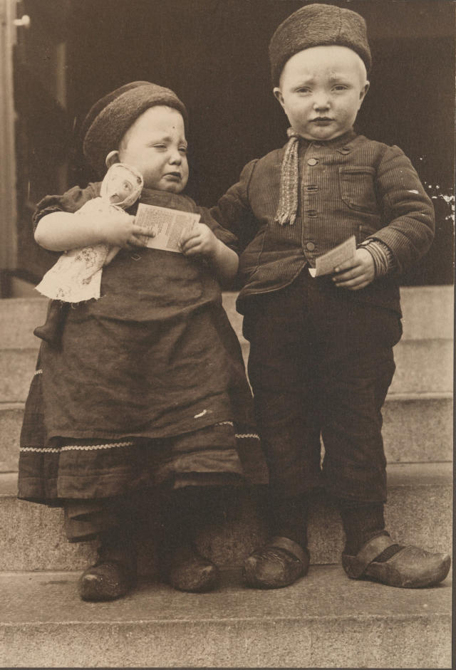 <p>Dutch children. (Photograph by Augustus Sherman/New York Public Library) </p>