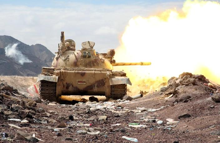 Armed Yemeni tribesmen from the Popular Resistance Committees fire from a tank in the area of Sirwah, west of Marib city, on November 3, 2015 (AFP Photo/Abdullah al-Qadry)