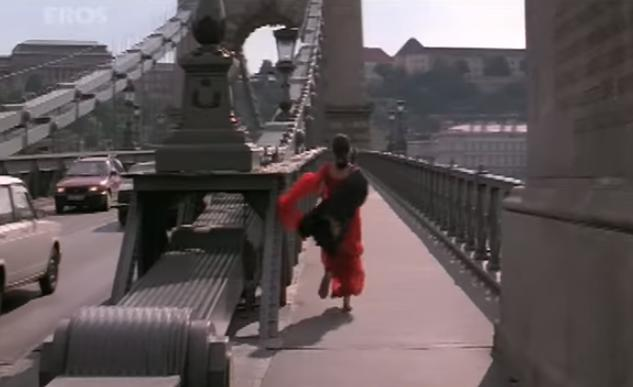 Hum Dil De Chuke Sanam In the movie Ash goes to Italy to see Salman. But did you know the makers of the film did a little cost cutting and shot the film in Hungary? Yes, in fact this scene is from the famous Széchenyi Chain Bridge above the Danube River, which is in Hungary and not Italy!
