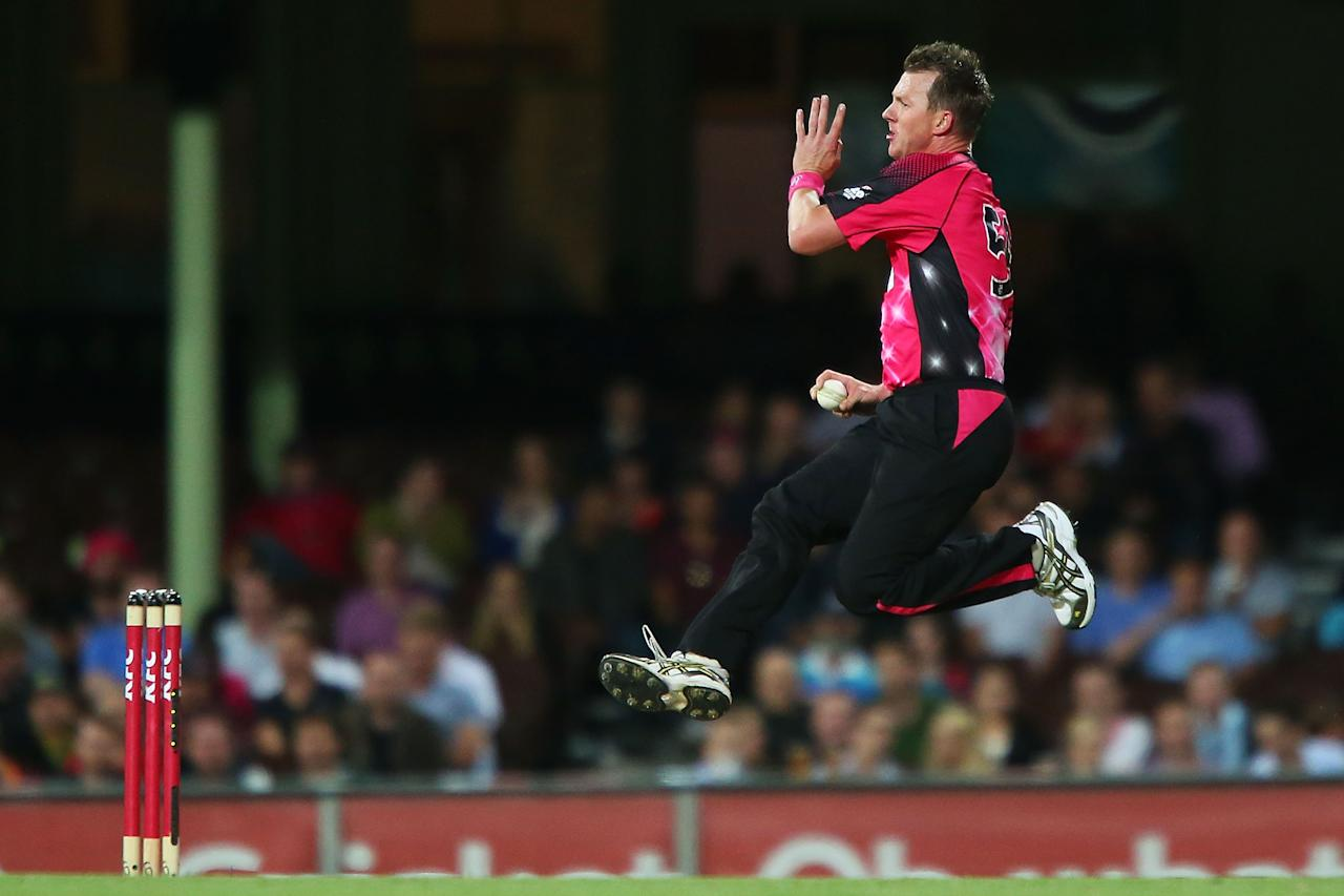 SYDNEY, AUSTRALIA - DECEMBER 26:  Brett Lee of the Sixers bowls during the Big Bash League match between the Sydney Sixers and the Hobart Hurricanes at SCG on December 26, 2012 in Sydney, Australia.  (Photo by Brendon Thorne/Getty Images)