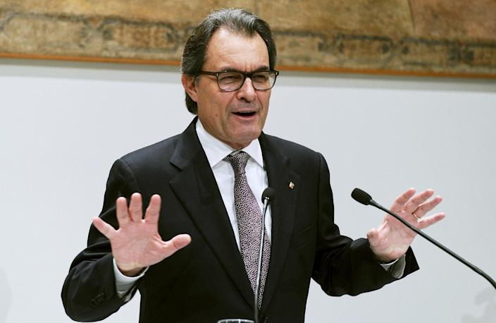 Catalonian regional government's president Artur Mas speaks during a press conference on January 14, 2015 in Barcelona (AFP Photo/Josep Lago)