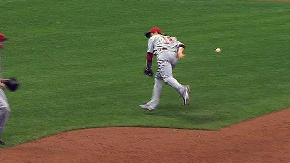 Joey Votto makes incredible behind-the-back flip to record out