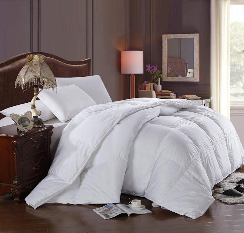 Royal Hotel's 300 Thread Count Queen Size Goose Down Alternative Comforter. (Photo: Amazon)