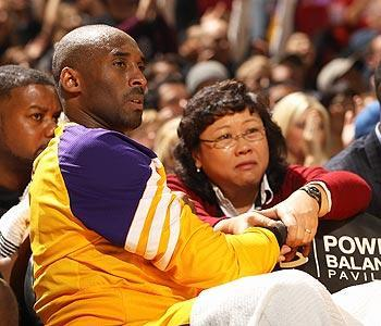 Judy Seto, the Lakers' director of physical therapy, massaged Bryant's injured wrist during the team's 100-91 loss to the Kings in Sacramento
