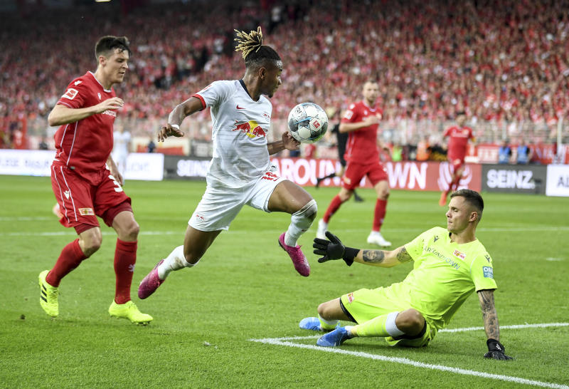 Leipzig's Christopher Nkunku, centre vies for the ball with  Union's Rafal Gikiewicz , right and Keven Schlotterbeck, during the German Bundesliga soccer match between Union Berlin and RB Leipzig, at the Stadion An der Alten Foersterei, in Berlin, Sunday, Aug. 18, 2019. (Britta Pedersen/dpa via AP)