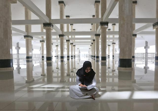 <p>A Muslim woman reads the Quran in a mosque on the third day of Ramadan in Jakarta, Indonesia, May 29, 2017. (AP Photo/Tatan Syuflana) </p>