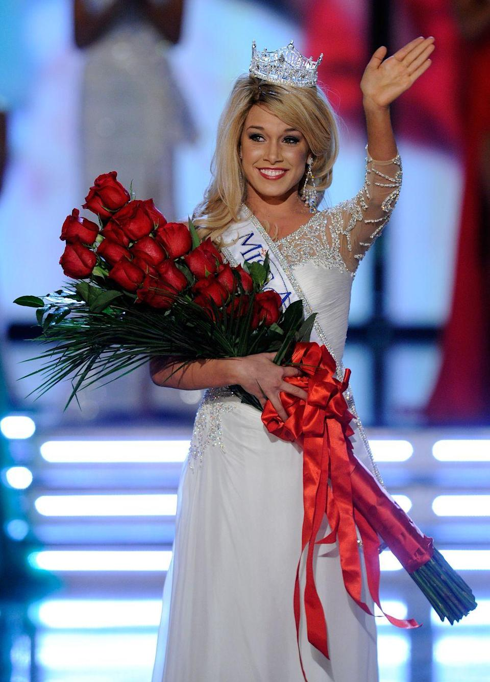 <p>In 2011, Teresa Scanlan chose the perfect white long-sleeve gown to compliment her winner's roses. </p>