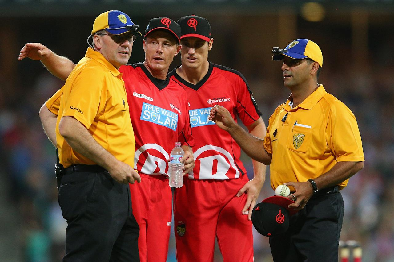 SYDNEY, AUSTRALIA - JANUARY 09:  Darren Pattinson of the Renegades talks to the umpires as they inspect the ball during the Big Bash League match between the Sydney Sixers and the Melbourne Renegades at SCG on January 9, 2013 in Sydney, Australia.  (Photo by Cameron Spencer/Getty Images)
