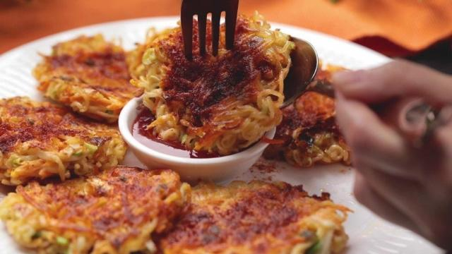Curry instant noodle pancakes with chilli sauce