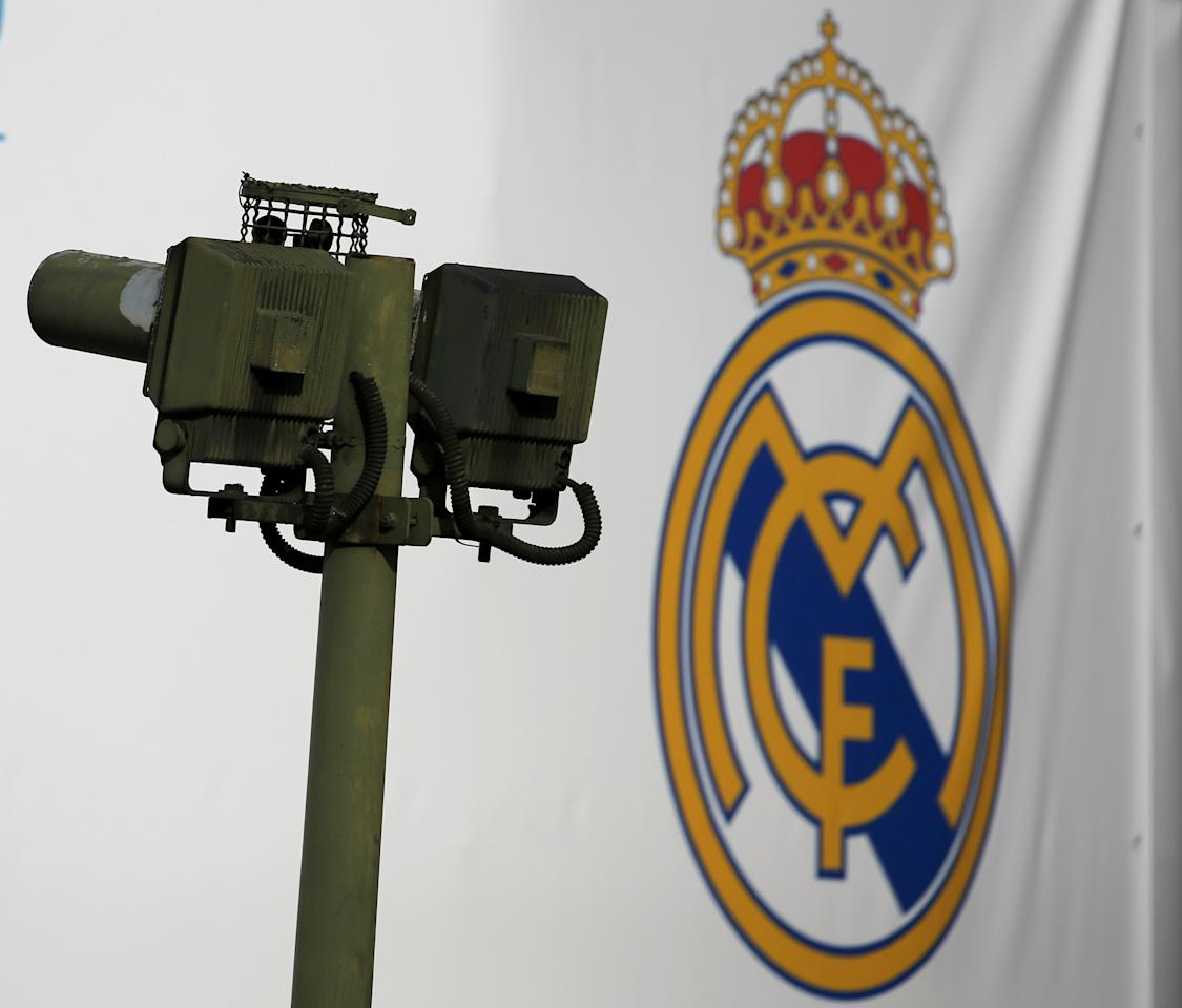 A pollution measure device is seen next to the seal of Spanish first division soccer team Real Madrid at Cibeles square in Madrid, Spain June 4, 2017. Picture taken on June 4, 2017. REUTERS/Sergio Perez