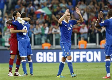 Italy's players celebrate at the end of their 2014 World Cup qualifying soccer match against Czech Republic at the Juventus stadium in Turin