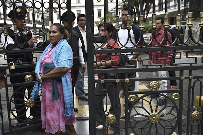 Parents and relatives of missing students leave the Interior Ministry building after a meeting to press the authorities to find the 43 students missing since a deadly police shooting last weekend, in Mexico City, on October 3, 2014 (AFP Photo/Yuri Cortez )