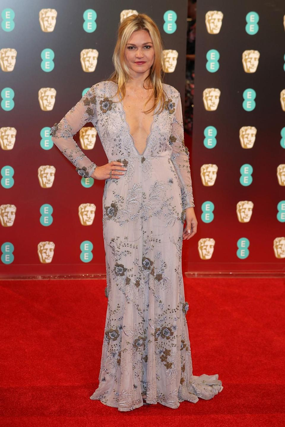 <p>Julia went for the plunging neckline look in a light-hued dress. <i>[Photo: Getty]</i> </p>