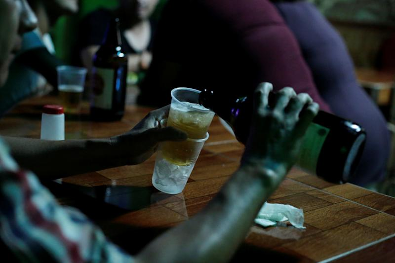 A man serves himself beer at a bar in Ciudad Juarez, Mexico June 20, 2017. Picture taken June 20, 2017. REUTERS/Jose Luis Gonzalez