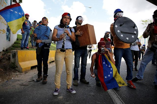 <p>Demonstrators play instruments while rallying against Venezuela's President Nicolas Maduro's government in Caracas, Venezuela, June 19, 2017. (Photo: Ivan Alvarado/Reuters) </p>
