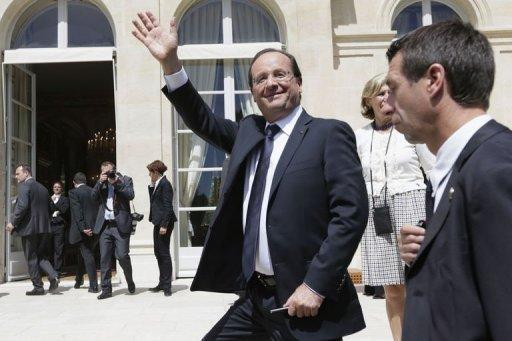 French President Francois Hollande (C) said he judges French footballers on their attitudes