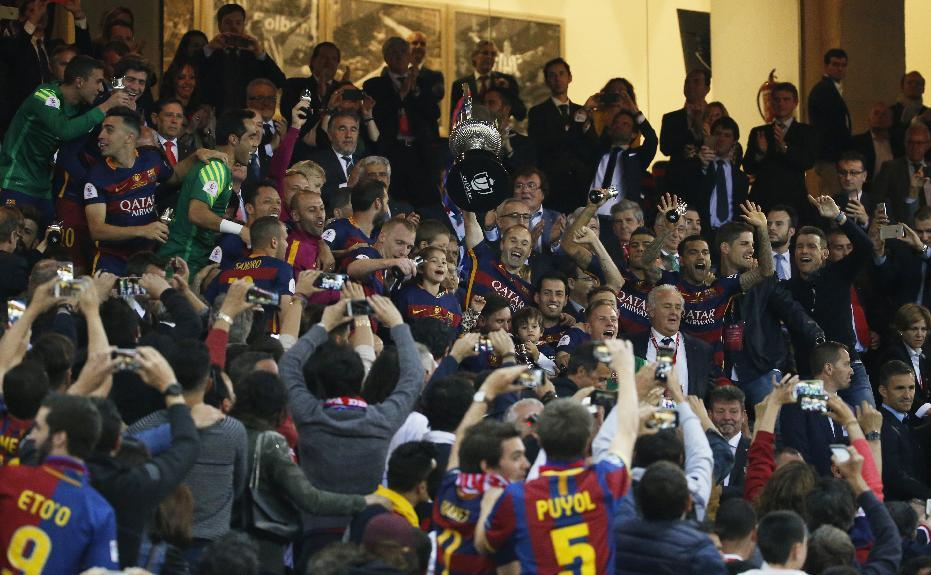 Soccer Football - FC Barcelona vs Sevilla - Copa del Rey Final - Vicente Calderon, Madrid, Spain - 22/5/16 Barcelona's Andres Iniesta celebrates with the trophy and team mates after winning the Copa del Rey Final  Reuters / Juan Medina Livepic EDITORIAL USE ONLY.