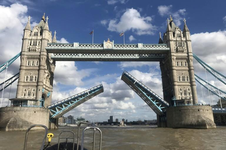 Tower Bridge de Londres é bloqueada e causa engarrafamentos