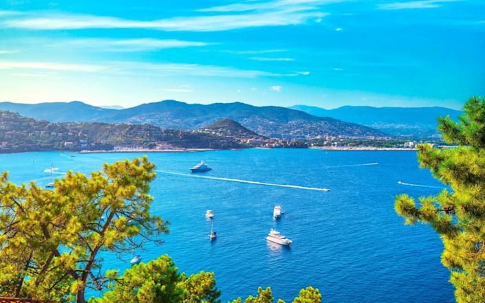 Cannes and La Napoule panoramic sea bay view, yachts and boats from Theoule sur Mer. French Riviera, Azure Coast or Cote d Azur, Provence, France - https://www.alamy.com/StevanZZ / Alamy Stock Photo