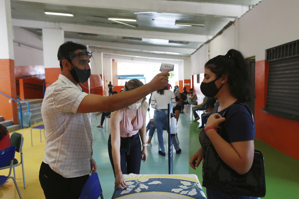 The state schools of Campinas, SP, Brazil, started this Tuesday, October 20, 2020 to carry out the PCR testing of Covid-19 in employees, teachers and students. In the photo, people are waiting at Milton de Tolosa State School to perform the tests. (Photo by Leandro Ferreira/Fotoarena/Sipa USA)(Sipa via AP Images)