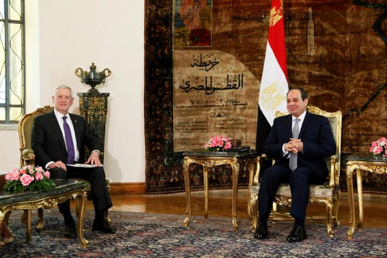Egyptian President Abdel Fattah al-Sisi (R) welcomes Pentagon chief James Mattis to talks at the Ittihadiya palace in Cairo on April 20, 2017