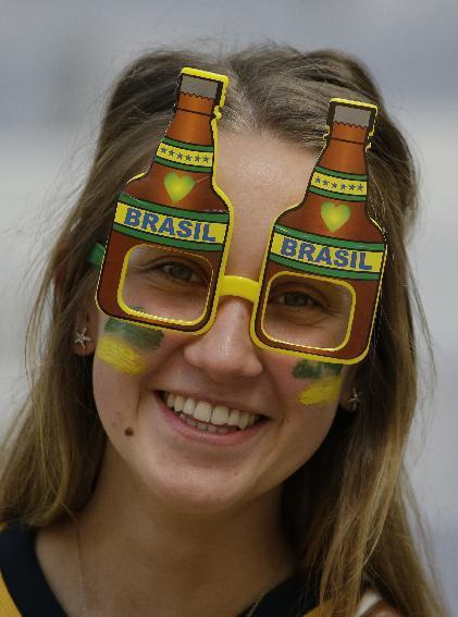 A fan waits for the start of the group B World Cup soccer match between Australia and Spain at the Arena da Baixada in Curitiba, Brazil, Monday, June 23, 2014. Spain and Australia each go into the match after two losses.(AP Photo/Fernando Vergara)