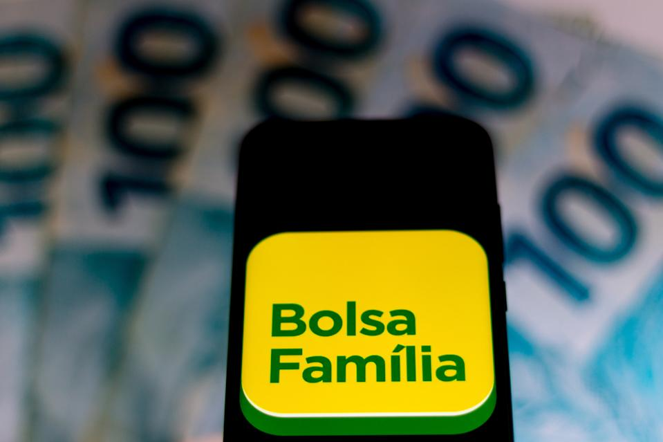 BRAZIL - 2020/04/05: In this photo illustration a Bolsa Família logo seen displayed on a smartphone. (Photo by Rafael Henrique/SOPA Images/LightRocket via Getty Images)