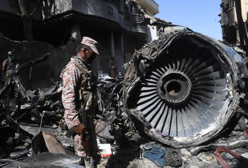 Restos de avião que caiu em Karachi, no Paquistão. (Foto: Asif HASSAN / AFP) (Photo by ASIF HASSAN/AFP via Getty Images)
