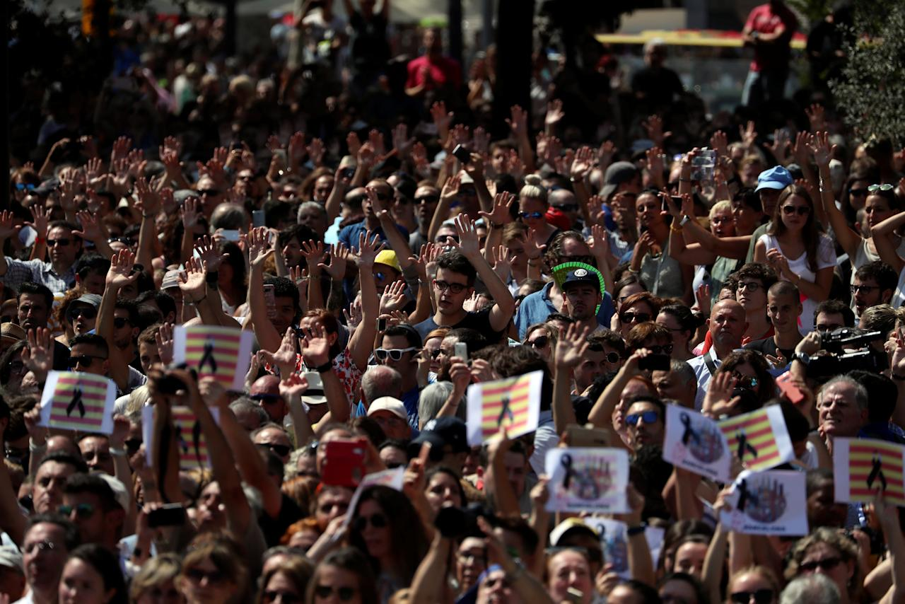 """People shout """"We are not afraid"""" after observing a minute of silence at Placa de Catalunya, a day after a van crashed into pedestrians at Las Ramblas in Barcelona, Spain August 18, 2017. REUTERS/Susana Vera"""